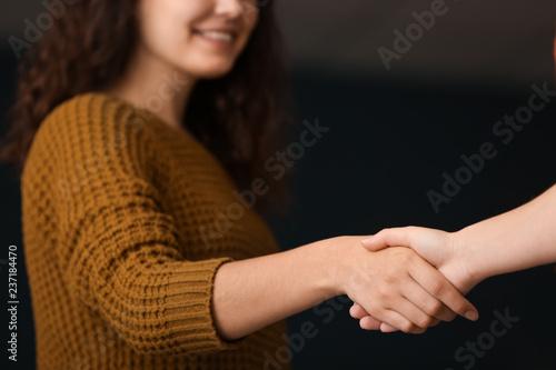 Photo People shaking hands on dark background