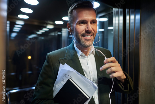 Smiling businessman in the elevator - 237191482