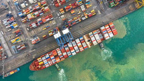 kontenerowiec-w-eksporcie-i-imporcie-oraz-logistyce-wysylka-ladunku-do-portu-dzwigiem-transport-wodny-miedzynarodowy-widok-z-lotu-ptaka-i-widok-z-gory