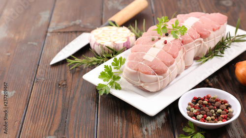 Carta da parati raw roast veal and ingredient