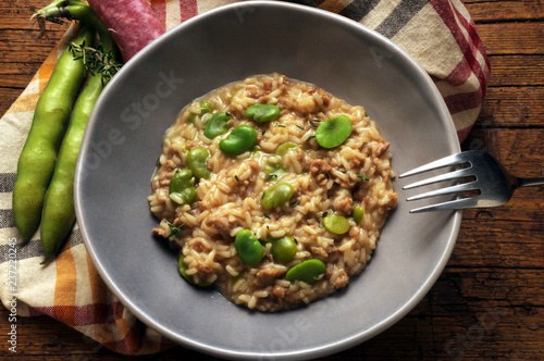 Risotto alle fave e salsiccia Колбаса и бобы ризотто Arroz con salchicha y habas ft71059358 Cucina italiana Sausage and broad beans risotto ソーセージと広大なリゾット