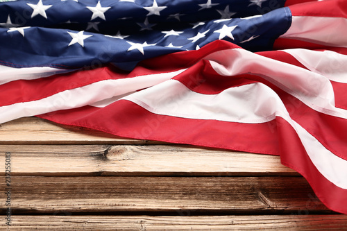 Fotografía  American flag on brown wooden table