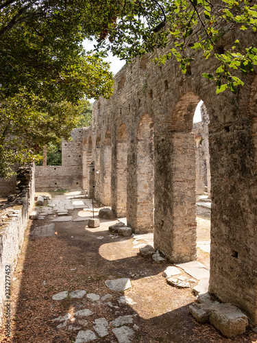 Photo Ruins of a church built in the old Roman settlement in Butrint, Albania