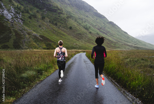 Staande foto Hoogte schaal Friends jogging in the Scottish Highlands