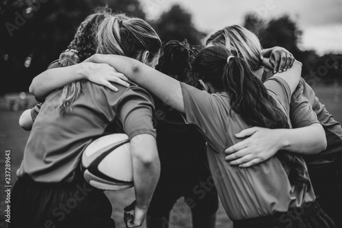 Canvas Print Young female rugby players huddling