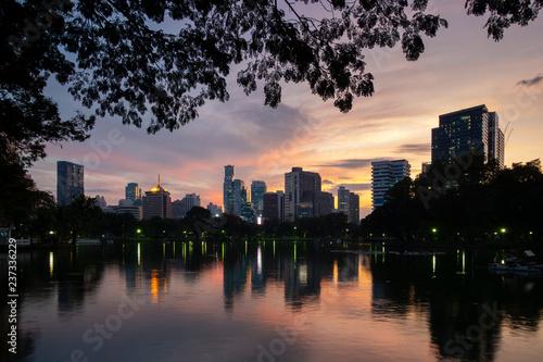 Plakat Bangkok miasta piękna linia horyzontu o zmierzchu, oglądanie z Lumphini Park z turystą podróżują tutaj.