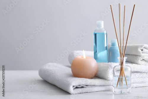 Spa composition with towels and cosmetic products on white wooden table Fototapet