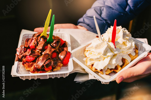 Fotografía  Traditional belgian waffles with strawberries, chocolate paste and whipped cream