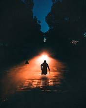 Mostro Zombie Di Halloween Con Una Strana Sagoma Attraversa La Strada