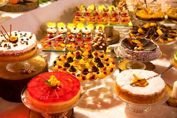 Panel Szklany Do gastronomi Swiąteczny stół zastawiony kolorowymi ciastami i ciasteczkami