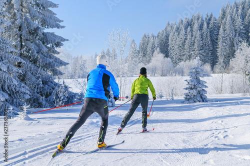 Tuinposter Wintersporten Workout beim Skating in herrlicher Winterlandschaft
