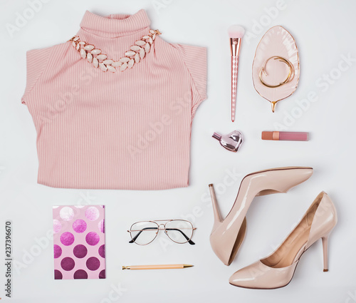 Outfit in beige and pale pink colors.