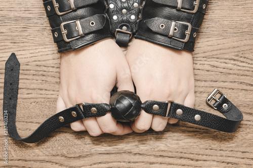 Zdjęcie XXL Plug lub gag na rękę w manacle. Koncepcja seksu. Backround drewna.