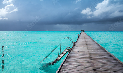 Poster Turquoise tropical beach in Maldives with few palm trees and blue lagoon