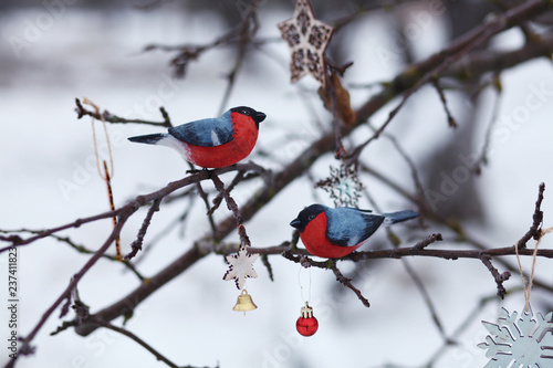 Photo  wooden bullfinches on the tree branch/new year and christmas background