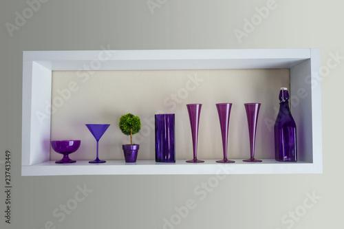 Fotografie, Obraz  estantería decorada con vasos de color morado de distintos tamaños y formas y ta