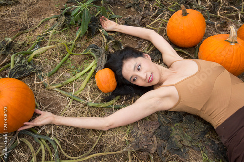 Valokuva  Adult woman dancing in a Connecticut pumpkin patch in autumn.