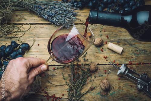 Fotografía  Wine maker pouring red wine (bio) for tasting