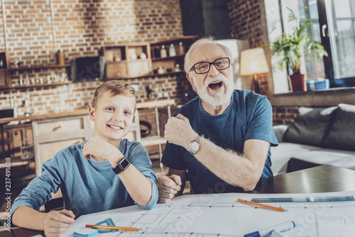 Photo  Cheerful males spending weekends at home