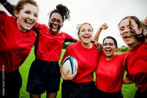 Fotografía  Cheerful rugby players celebrating their victory