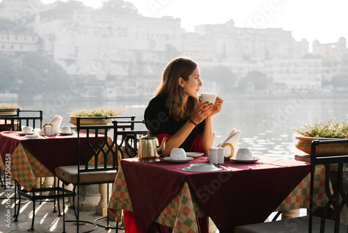 Photo sur Toile The Western woman having a teatime at a cafe in Udaipur