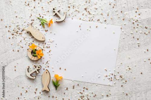 Photo Glaube - kleine Holzsymbole auf hellen Holz mit Papier und orangenen Blüten