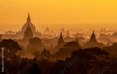 Obraz na płótnie Amazing sunrise with the ancient architecture of a thousand Pagodas in Bagan Kin