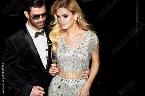 Cuadros en Lienzo Sexy elegant couple. Beautiful woman near the man.