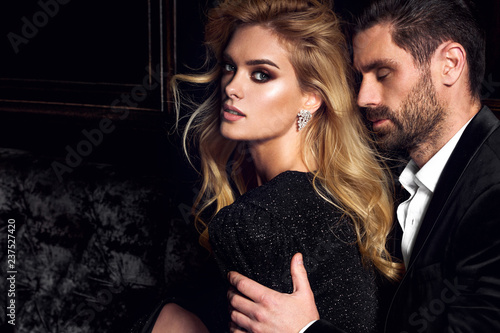 Staande foto Hoogte schaal Sexy elegant couple. Beautiful woman near the man.