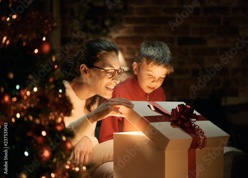 Poster Hoogte schaal Boy and his mother opening Christmas gifts
