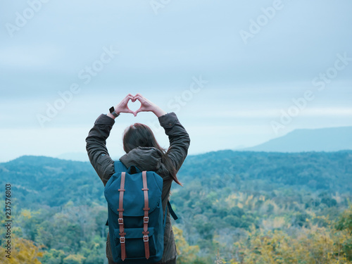 Photo  solo backpack and camping concept from backside of long hair woman in warm cloth