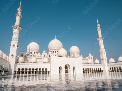 In de dag Abu Dhabi Sheikh Zayed Mosque frontal side