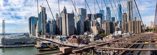 Foto op Plexiglas Stad gebouw Panoramic view of Manhatten skyscrapers from famous Brooklyn bridge in New York.
