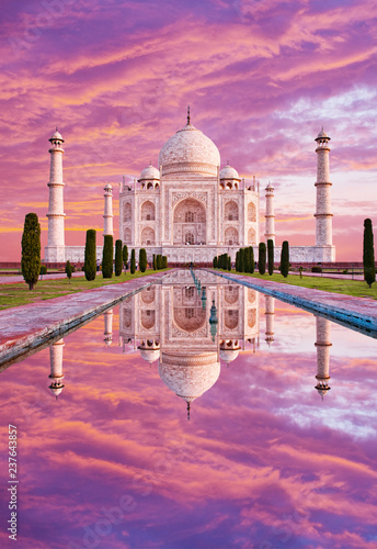 Foto op Plexiglas Asia land Amazing view on the Taj Mahal in sunset light with reflection in water. The Taj Mahal is an white marble mausoleum on the south bank of the Yamuna river. Agra, Uttar Pradesh, India