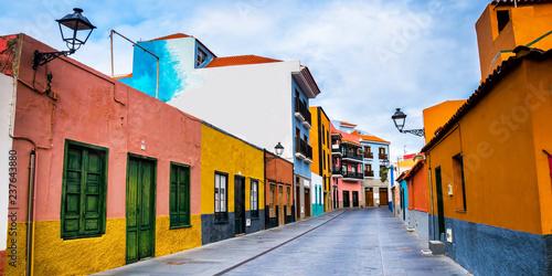 Fotografía  Colourful houses on street in Puerto de la Cruz town, Tenerife, Canary Islands, Spain
