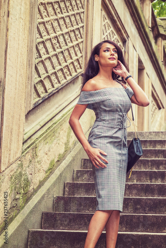 Fotografía  Young American Woman traveling in New York, wearing gray pattern off shoulder dr