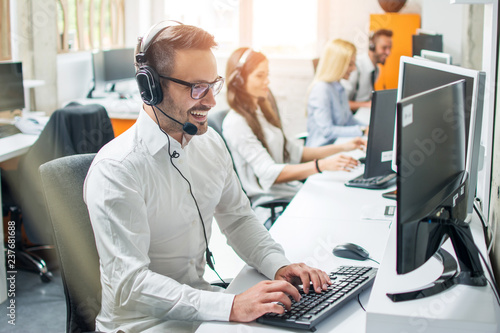 Cuadros en Lienzo Young male technical support dispatcher in call center