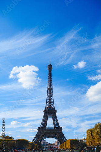 Staande foto Parijs Eiffel tower on blue sky and yellow foliage background