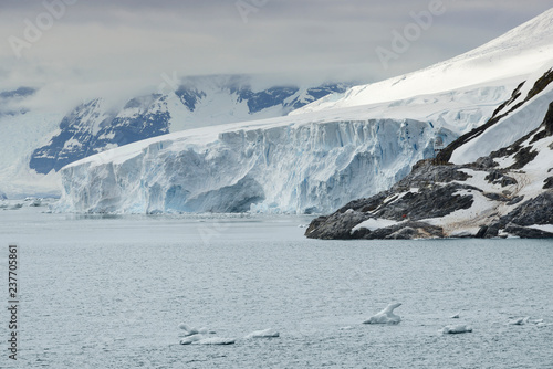 wielki-lodowiec-przy-raj-zatoka-polwysep-antarktyczny