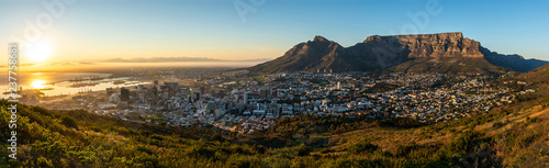 Rare cloudless view on capetown and the table mountain while sunrise. - 237758681