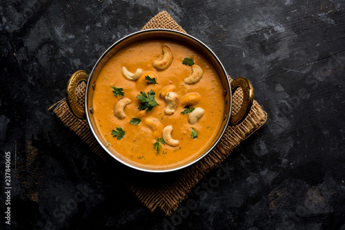 Photo  Cashew Curry / Indian kaju masala served in a bowl or pan