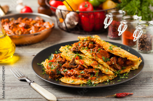 Fotografía Hungarian potato pancake with goulash