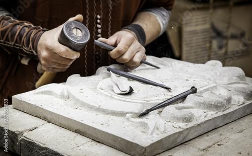 Fotografía  Carving stone in a traditional way