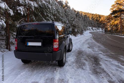Foto  Precioso todoterreno viajando por la montaña nevada