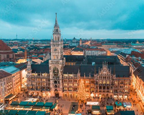 Fototapeta premium Monachium Rathaus z choinką i dekoracjami