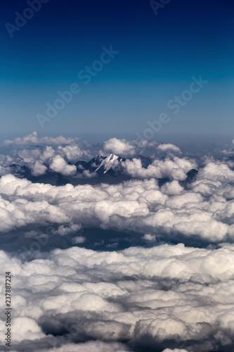 Szczyt górski otoczony chmurami