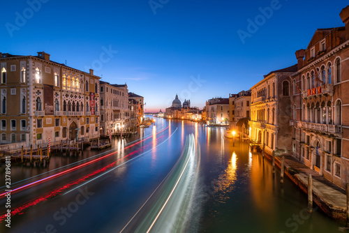 In de dag Centraal Europa Canal Grande bei Nacht, Venedig, Italien