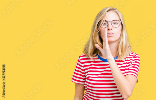 Photo  Beautiful young woman wearing glasses over isolated background hand on mouth tel