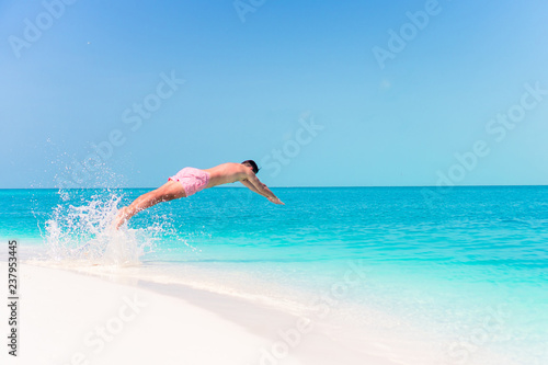 Photo  Young man plunging into the turquoise sea