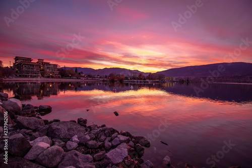In de dag Candy roze Watching from penticton beach as the purple sunsets over the okanagan lake